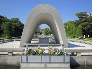 平和記念公園の原爆死没者慰霊碑