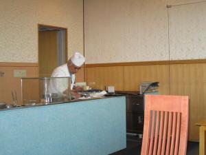 天ぷらを揚げる板さん