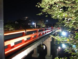 ライトアップされた中橋