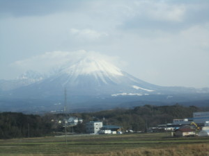 スーパーまつかぜ10号の車窓から望む大山