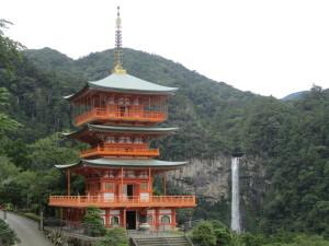 青岸渡寺の三重塔と那智滝
